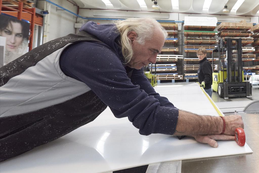 Produzione Plexiglass, misurazione con metro