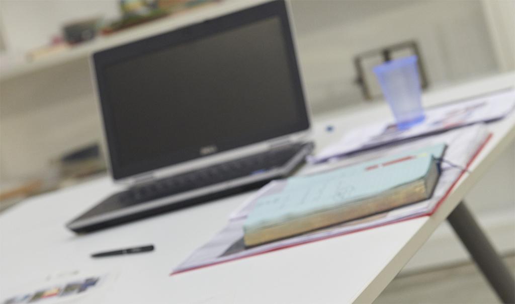 Progettazione: tavolo con notebook e agenda